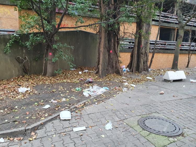 Müll vorm Parkdeck